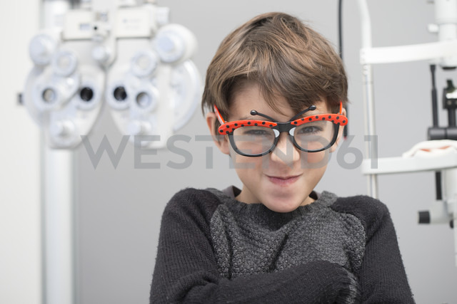Boy having fun at an optician shop - ERLF000105 - Enrique Ramos/Westend61