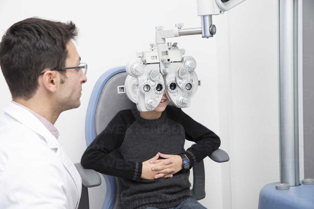 Optometrist, der das Sehvermögen eines Jungen untersucht - ERLF000108 - Enrique Ramos/Westend61