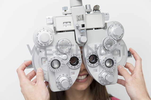 Woman at the optometrist making an eye test - ERLF000113 - Enrique Ramos/Westend61