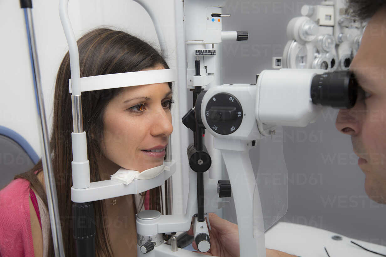 Woman at the optometrist making an eye test - ERLF000116 - Enrique Ramos/Westend61