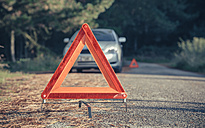 Warning triangle in the road by a car breakdown - DAPF000011