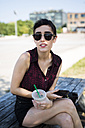 USA, New York City, Brooklyn, portrait of young woman wearing sunglasses - GIOF000684