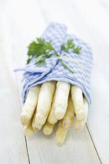 Bunch of white asparagus wrapped in kitchen towel - ASF005811