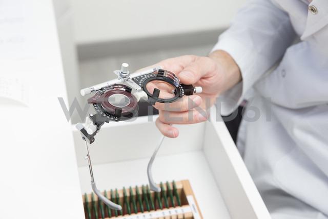 Optometrist, optician doctor working - ERLF000120 - Enrique Ramos/Westend61