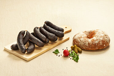 Pfefferschwarze, pork sausages on chopping board - DIKF000182