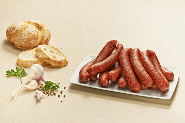 Bauernbratwurst, pork sausages, German raw bratwursts, on plate - DIKF000185
