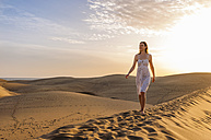 Woman walking on dune - DIGF000023
