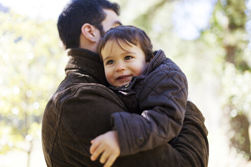 Portrait of smiling little boy on his father's arms - VABF000070