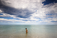 Italy, little boy wading in the sea - SIPF000117