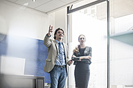 Businessman and woman talking at the window - ZEF008001