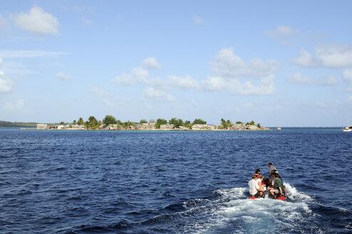 Panama, San Blas Islands, Nalunega Islands, tourists on rubber boat - STE000136