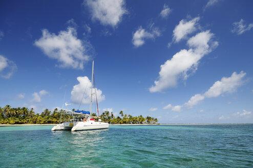 Panama, San Blas Islands, Cayos Los Grullos, catamaran - STE000139