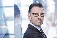 Portrait of businessman with spectacles and stubble - GUFF000250