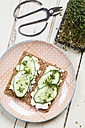 Crispbreads with cottage cheese, cucumber slices and cress - SBDF002652
