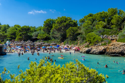 Spain, Mallorca, Cala Sa Nau, beach and tourists - MHF000376