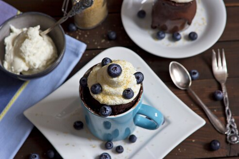 Chocolate cup cake with whipped cream, cane sugar and blueberries - YFF000519