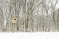 Germany, raised hide at the edge of a snow-covered field - ASCF000469