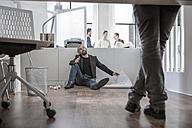 Creative professional sitting on office floor - ZEF008155