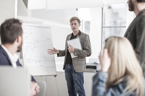Man in office leading a presentation - ZEF008185