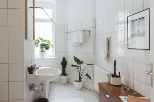 Minimalist white bathroom - JUBF000078