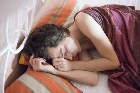 Man sleeping in bed - NDF000563