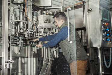 Young man working in craft brewery - ZEDF000040