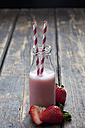 Glass bottle of strawberry smoothie - CSF027033