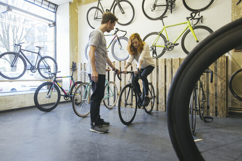 Client testing racing cycle in a custom-made bicycle store - JUBF000103