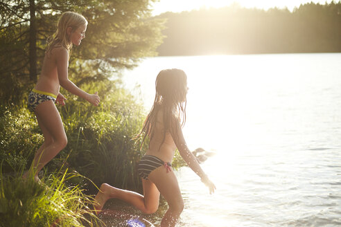 Sweden, two girls jumping into the lake - TSFF000013