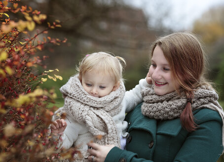Young woman and her little daughter in autumn - NIF000075