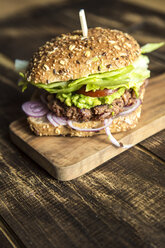 Vegetarian Burger with beetroot patty, avocado cream, salad and onions - SARF002535
