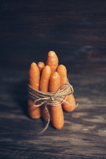 Bunch of five carrots on dark wood - JPF000112