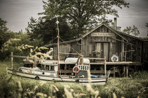 Canada, British Columbia, Finn Slough, fishing boat and wooden house at Fraser River - NG000292