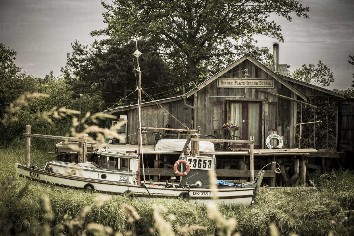 Canada, British Columbia, Finn Slough, fishing boat and wooden house at Fraser River - NG000292 - Nadine Ginzel/Westend61