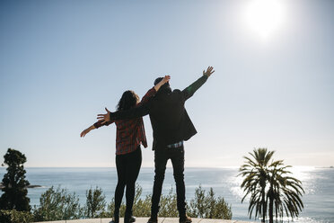 Spain, Tarragona, young couple enjoying the view on the ocean - JRFF000397