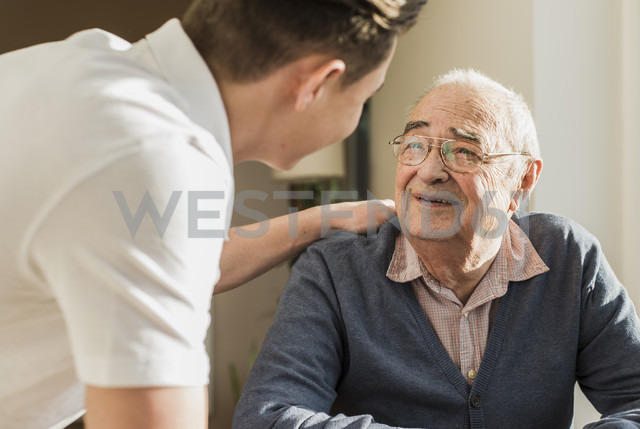 Portrait of smiling senior man face to face with his geriatric nurse - UUF006621 - Uwe Umstätter/Westend61