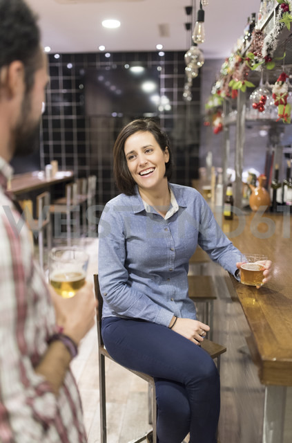 Woman and man socializing in a bar - JASF000389