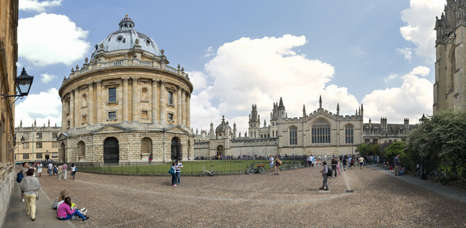 UK, Oxford, view to Radcliffe Camera at Radcliffe Square - SH001852