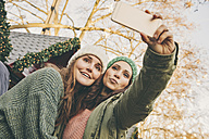 Two happy women taking a selfie on the Christmas Market - MFF002666