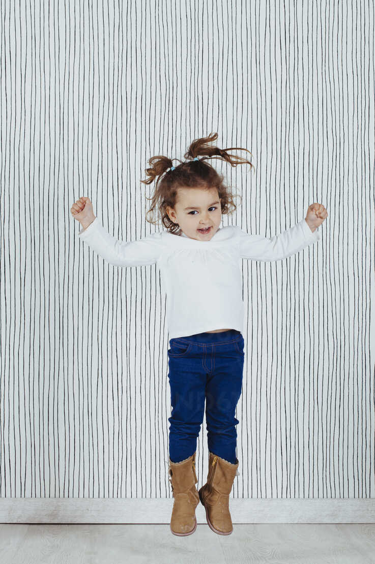 Little girl jumping in the air - ERLF000128 - Enrique Ramos/Westend61