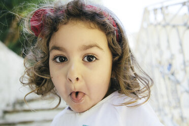Portrait of little girl sticking out tongue - ERLF000131