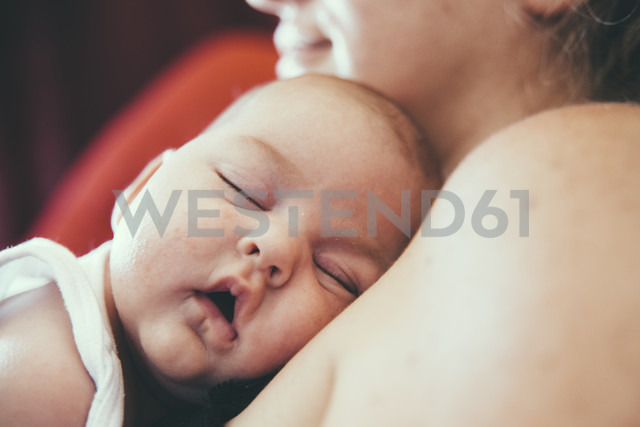Newborn sleeping with head on mother's shoulder - ERLF000134