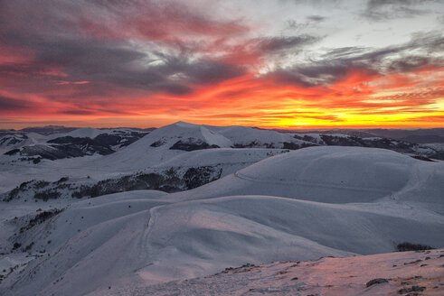 Italy, Umbria, Monti Sibillini National Park, Sunset on Apennines in winter - LOMF000220