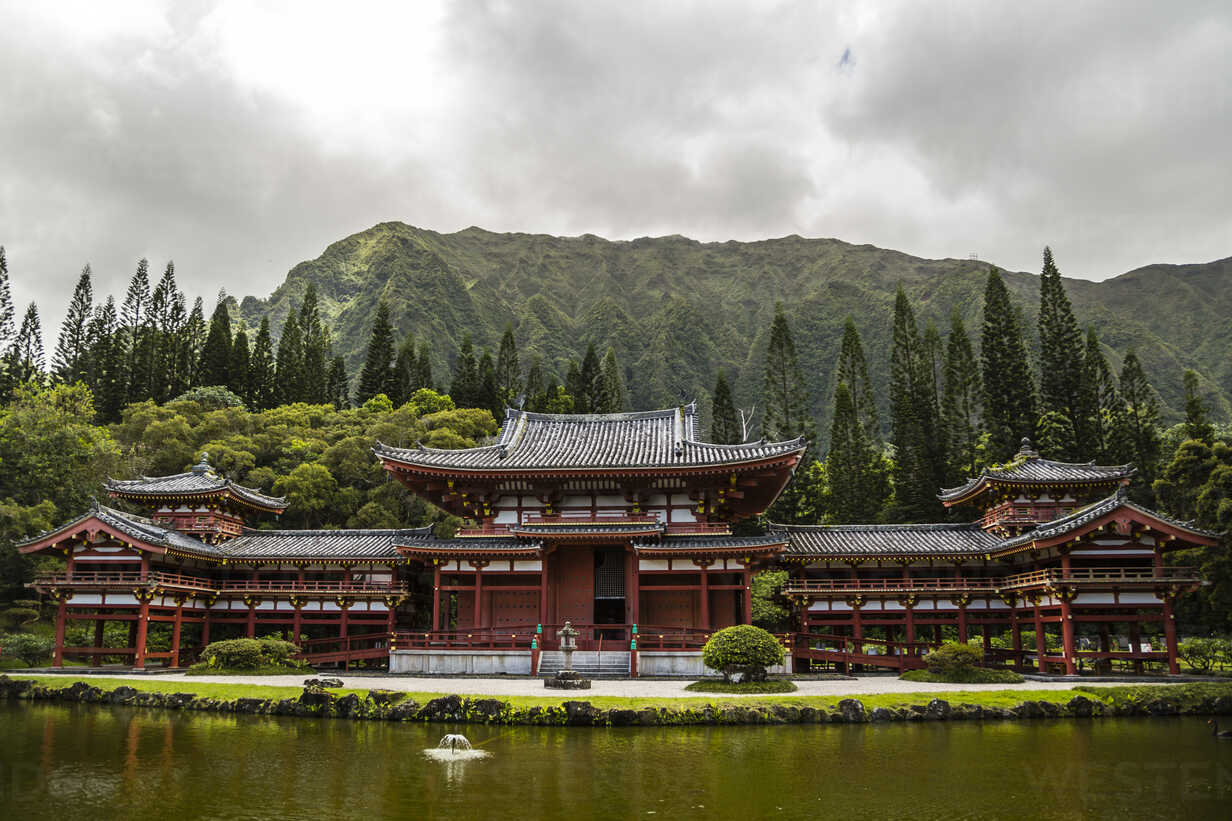 USA, Hawaii, Oahu, Buddhist temple at Valley of the Temples Memorial Park - NGF000296 - Nadine Ginzel/Westend61