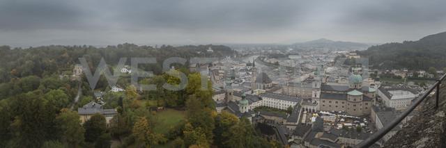 Austria, Salzburg, Panoramic view of downtown Salzburg in mist - NKF000459 - Stefan Kunert/Westend61