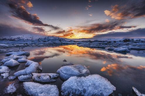 Iceland, Vatnajoekull National Park, Icebergs floating in Jokulsarlon Ice Lagoon - SMAF000435