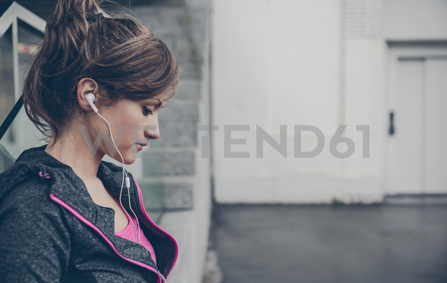 Portrait of mid adult sportive woman with ear phones - DAPF000022 - David Pereiras/Westend61