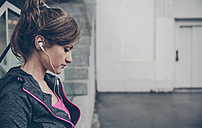 Portrait of mid adult sportive woman with ear phones - DAPF000022