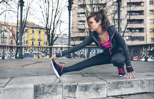 Mid adult woman doing outdoor workout - DAPF000037