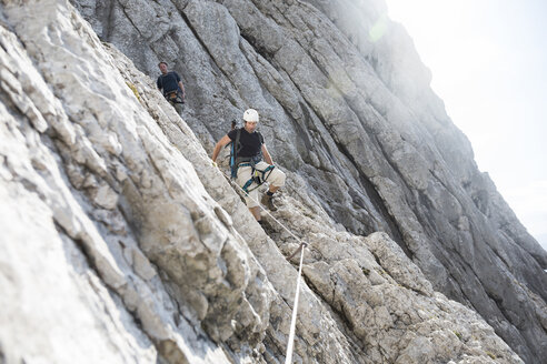 Austria, Tyrol, Wilder Kaiser, two men on via ferrata - TKF000426